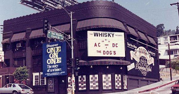 ac/dc:-del-whisky-a-go-go-a-los-grandes-pabellones-con-kiss-en-1977