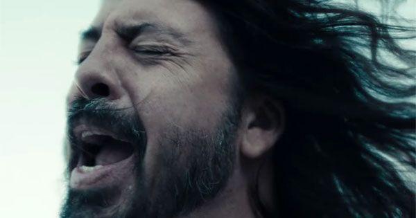 """foo-fighters-publica-el-oscuro-y-desgarrador-videoclip-de-""""waiting-on-a-war"""""""